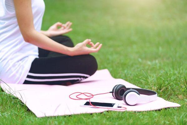 心も体もリラックスできる! ヨガの時にかけたい音楽とは?